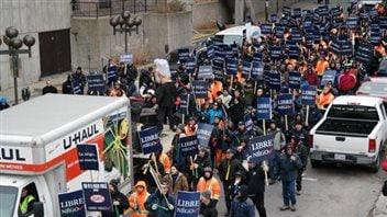 Des manifestants dans les rues de Gatineau pour dénoncer les réformes des retraites.