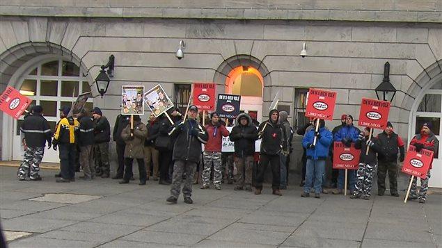 Des manifestants bloquent une entrée à l'hôtel de ville de Montréal.
