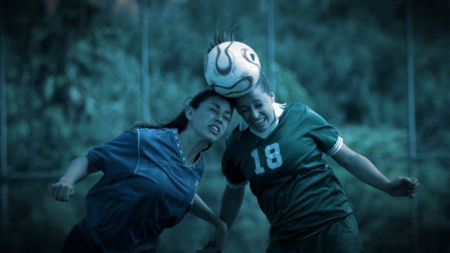 2 joueuses de soccer frappent le ballon avec leurs têtes