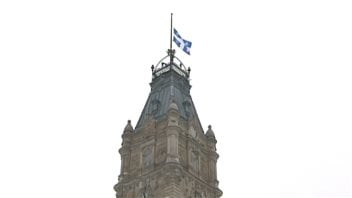 Le drapeau est en berne à l'Assemblée nationale du Québec.