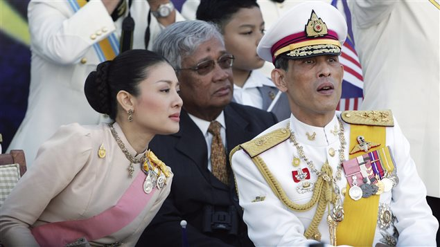 La princesse Srirasmi (gauche) et le prince Maha Vajiralongkorn (droite)