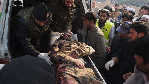 Un soldat pakistanais, blessé dans l'affrontement avec les talibans, est évacué par ambulance.