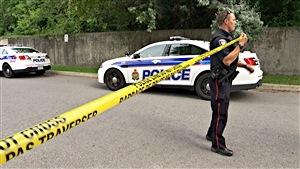 Un policier d'Ottawa dresse un périmètre de sécurité (archives).