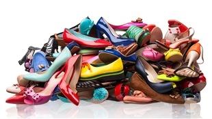 Une pile de chaussures