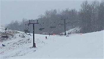 La remontée mécannique du mont Sainte-Marie est bloquée avec des skieurs.