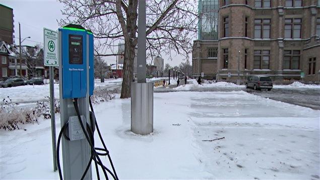 Une borne de recharge pour voiture électrique à Ottawa.