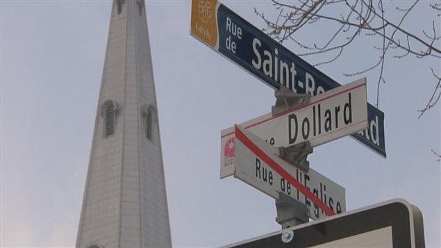 Les anciens noms de rues sont rayés en rouge et seront affichés avec les nouveaux noms pendant un an.