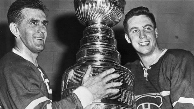 Maurice Rocket Richard (à gauche) et Jean Béliveau (à droite) posent avec la Coupe Stanley, après avoir battu les Bruins de Boston, le 20 avril 1958.