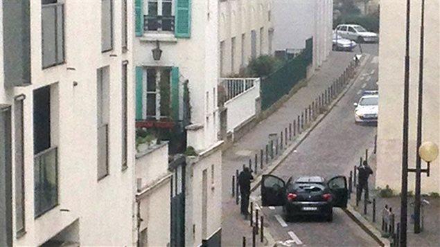 Deux tueurs affrontent des policiers près des locaux de Charlie Hebdo, rue Nicolas-Appert, dans le 11e arrondissement de Paris.