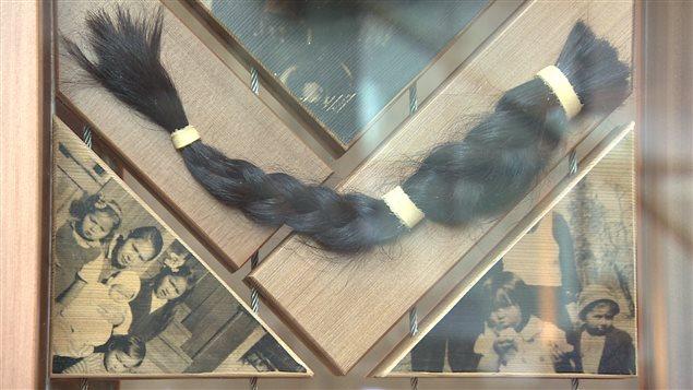 Plusieurs Autochtones ont offerts leurs tresses de cheveux pour rappeler que les enfants qui ont fréquenté les pensionnats autochtones étaient obligés de couper leurs cheveux.