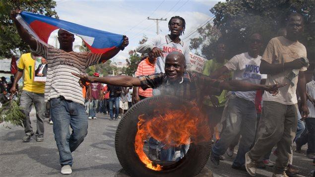 Nouvelle manifestation violente port au prince le 12 janvier 2010 la terre tremblait en - Manifestation a port au prince aujourd hui ...