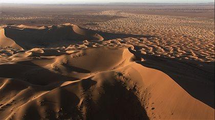 Une vaste étendue de dunes de sable dans le Sahara