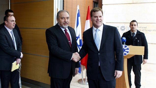 Le ministre canadien des Affaires étrangères John Baird (droite) et son homologue israélien Avigdor Lieberman.