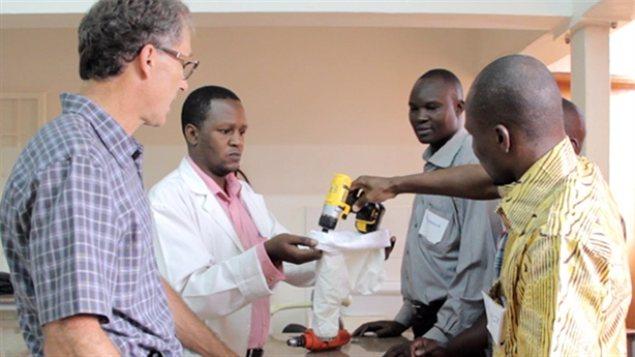 Un atelier en Ouganda a eu lieu pour enseigner à des chirurgiens comment utiliser l'instrument mis au point par des chercheurs de UBC.