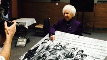 Mme Ziegler indique qu'elle avait neuf ans quand la photo a été prise au camp d'Auschwitz