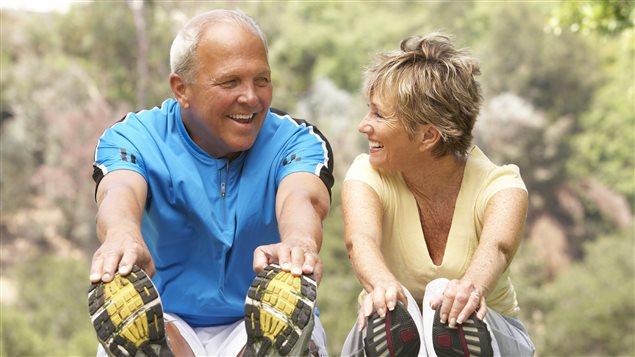 Des personnes retraitées font des étirements pour rester en forme.