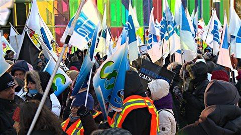 Des manifestants devant le Palais des congrès, où Philippe Couillard prend la parole.