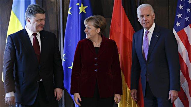 À partir de la gauche : le président ukrainien, Petro Porochenko, la chancelière allemande, Angela Merkel, et le vice-président américain, Joe Biden, tout juste avant une rencontre à Munich