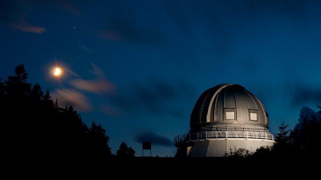 Contempler le ciel depuis l'Observatoire du Mont-Mégantic.