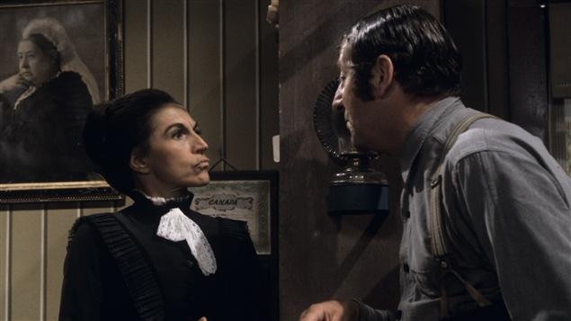 Prudence Pothier (Janine Sutto) répond à Séraphin Poudrier (Jean-Pierre Masson). Image du téléroman «Les belles histoires des pays» en 1967.