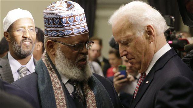 Le vice-président américain Joe Biden accueille un imam à l'ouverture de la conférence sur la lutte contre l'extrémisme violent