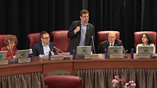 Le maire de Gatineau, Maxime Pedneaud-Jobin, est entouré des conseillers des districts de l'Orée-du-Parc, Mireille Apollon, du Versant, Daniel Champagne, de Touraine, Denis Tassé, et de Pointe-Gatineau, Myriam Nadeau, lors de la réunion du conseil municipal du 17 février 2015.