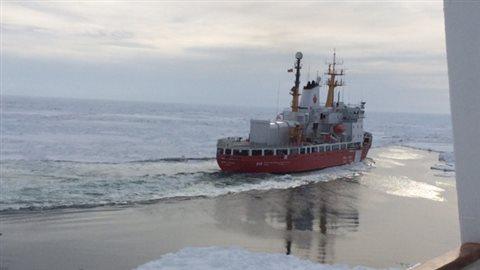 Le brise-glace Henry-Larsen