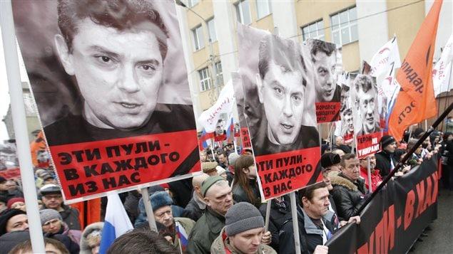 Des milliers de personnes sont rassemblées à Moscou afin de rendre hommage à Boris Nemtsov.