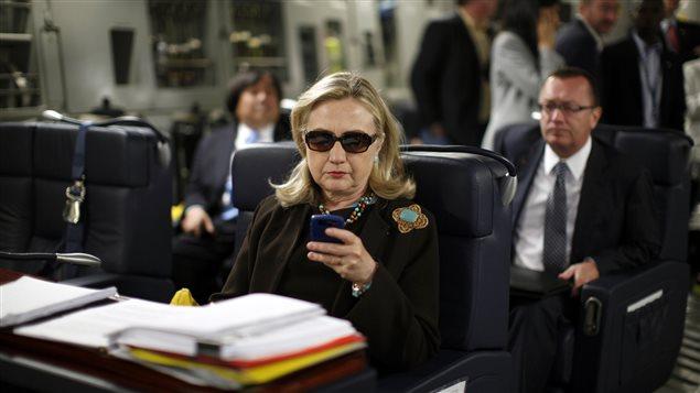 Hillary Clinton, dans un avion militaire entre Malte et Tripoli, en 2011