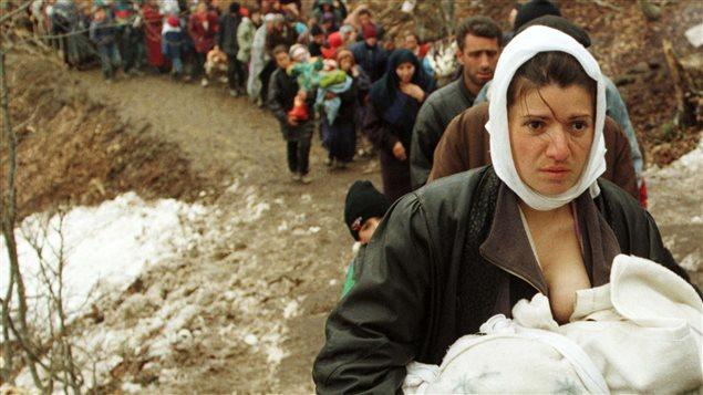 Des réfugiés albanais déplacés par la guerre au Kosovo, en mars 1999