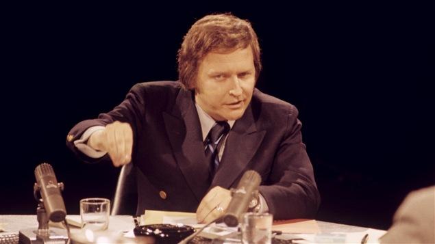 Dans un studio de télévision, le ministre de la Fonction publique du Québec Jean-Paul L'Allier en 1972.