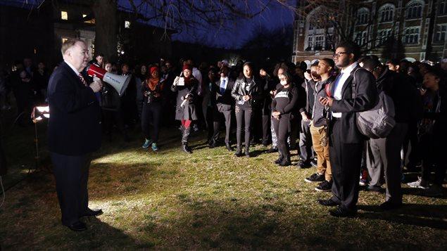 Le président de l'université, David Boren, s'est adressé aux manifestants. Il a dénoncé la vidéo raciste.