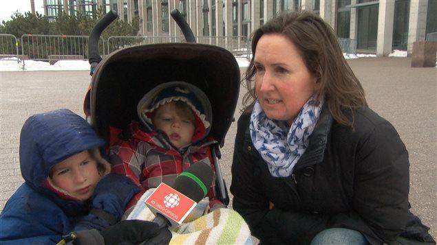 Jocelyn Greenwood s'est receuillie avec ses enfants devant la basilique-cathédrale Notre-Dame d'Ottawa, où se tenait les funérailles du sergent Doiron.
