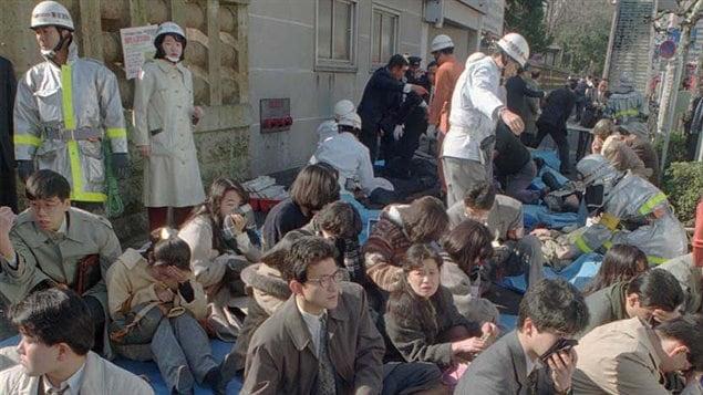 Personnes évacuées à la suite de l'attentat au gaz sarin dans le métro de Tokyo, le 20 mars 1995