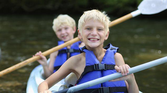 Des garçons font du kayak.