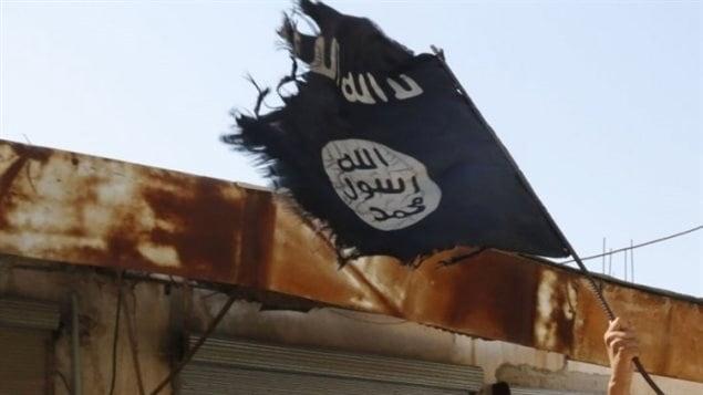 Le drapeau noir du groupe armé État islamique