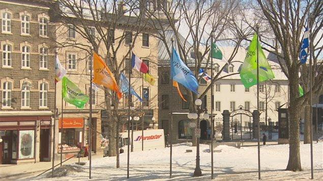 Les drapeaux de la Francophonie ont été hissés devant l'hôtel de ville de Québec.