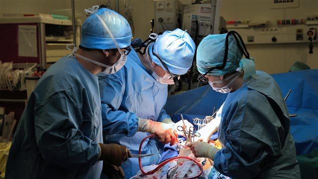 Opération en cours dans un hôpital français