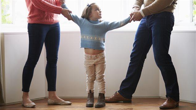 Deux parents se disputent leur enfant.