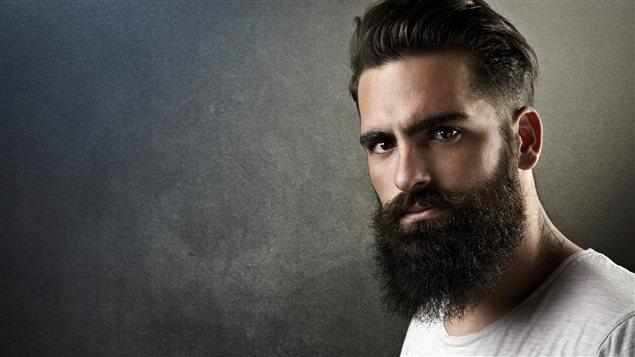 Un homme à la barbe fournie