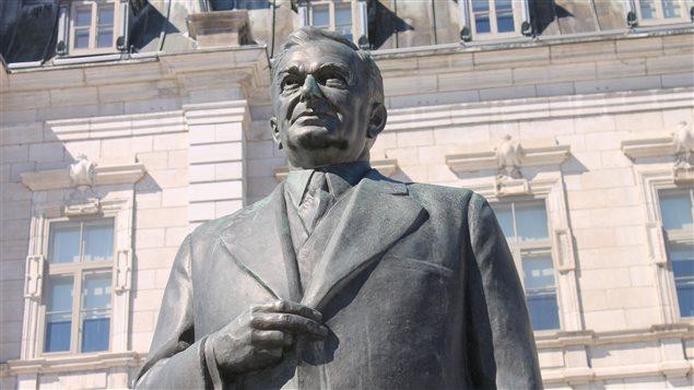 La statue de Maurice Duplessis devant l'hôtel du Parlement à Québec