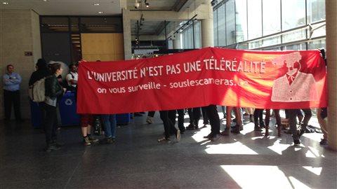 Les manifestants continuent de perturber les cours à l'UQAM, défiant ainsi une injonction.
