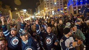 Les supporteurs des Jets de Winnipeg fêtent leur première participation aux séries éliminatoires depuis 1996