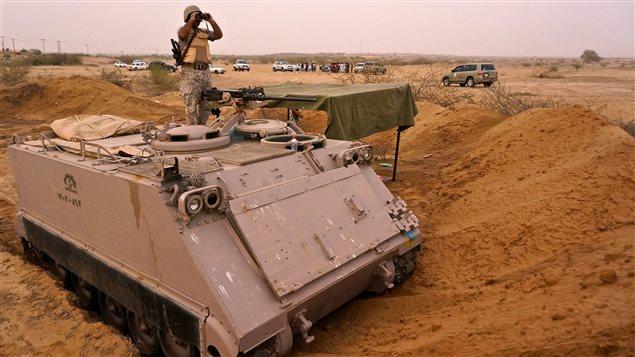 Un soldat saoudien observe la frontière yéménite