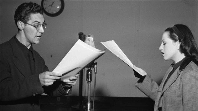 Janine Sutto lors de l'enregistrement d'un radioroman à Radio-Canada en 1945