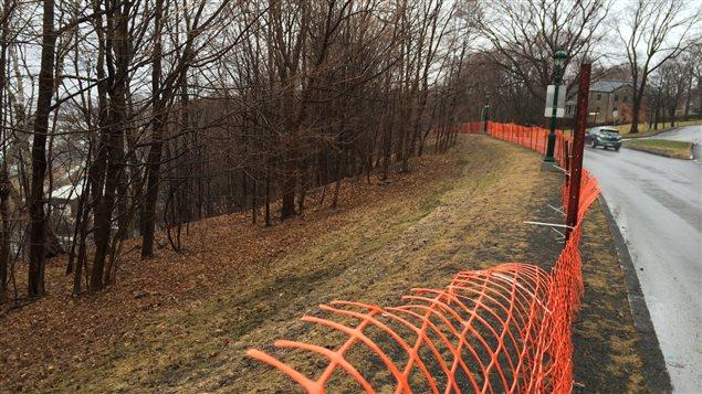 Une clôture a été installée en bordure de la côte Gilmour.