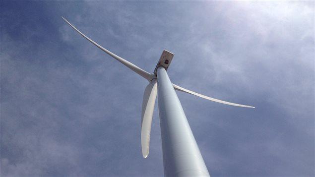 À son point le plus élevé, une éolienne (tour et