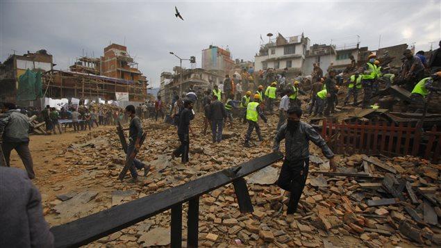 Des secouristes dans les décombres à Katmandou, après le séisme.
