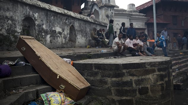 Un cercueil vide laissé sur le bord de la rivière Bagmati, à Katmandou, au Népal.