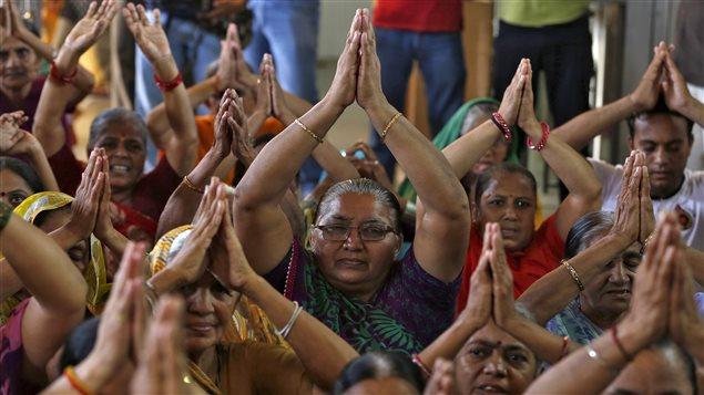 Des Indiens prient pour les victimes du séisme au Népal.
